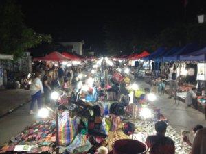 Auf dem Nachtmarkt in Luang Prabang kaufen vor allem Touristen. © 2017